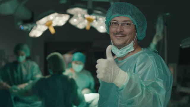 Selbstbewusster Chirurg zeigt Daumen hoch im Operationssaal – Video