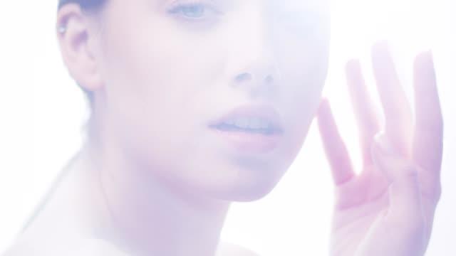 カメラを見て自信を持って女性。フェイススキンケア。レンズフレア - 人の肌点の映像素材/bロール