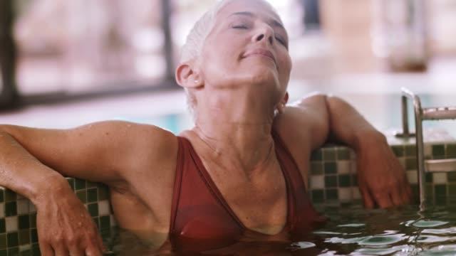 selbstbewusste frau solo unterwegs - sauna und nassmassage stock-videos und b-roll-filmmaterial