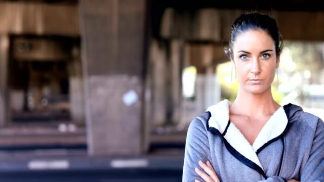 自信を持って女性ストリートの 4 k の上に立って - 女性選手点の映像素材/bロール