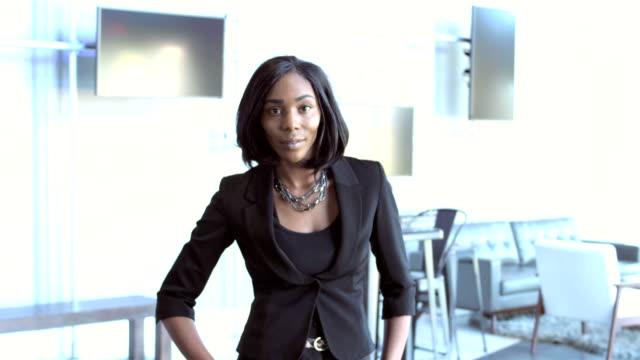 vídeos de stock e filmes b-roll de confident young african-american businesswoman - 25 29 anos
