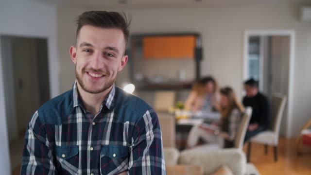 자신감 있는 젊은 개발자 - 20 29세 스톡 비디오 및 b-롤 화면