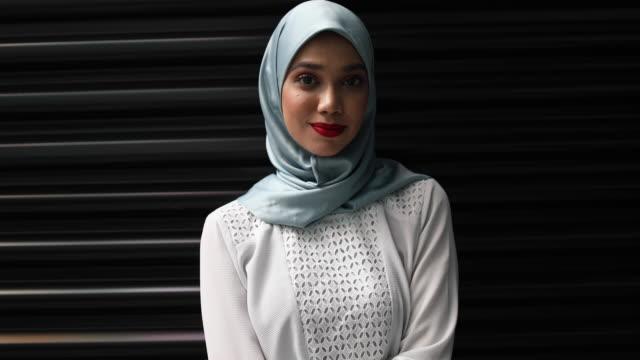 självsäkra unga muslimska kvinnan - hijab bildbanksvideor och videomaterial från bakom kulisserna