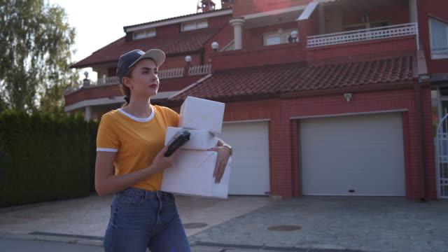 迷茫的女性信使 - postal worker 個影片檔及 b 捲影像