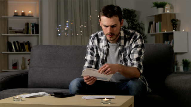 혼란 스러운 사람이 집에서 영수증을 읽고 - 검사 보기 스톡 비디오 및 b-롤 화면