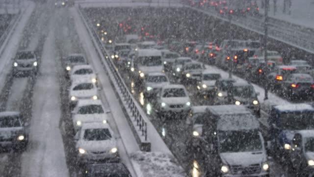 ld trängsel på motor vägen under pass i en snöstorm - snöstorm bildbanksvideor och videomaterial från bakom kulisserna
