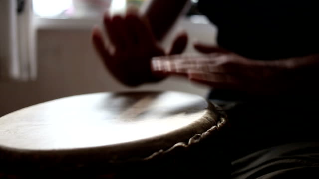 congo drummer performing - кейвинг стоковые видео и кадры b-roll