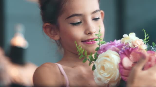 vidéos et rushes de féliciter - composition florale