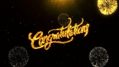 tebrikler tebrik kartı metin ortaya altın havai fişek ve kraker glitter parlak magic parçacıklar sparks gece kutlama, dilek, olaylar, mesaj, tatil, festival için - kutlama stok videoları ve detay görüntü çekimi