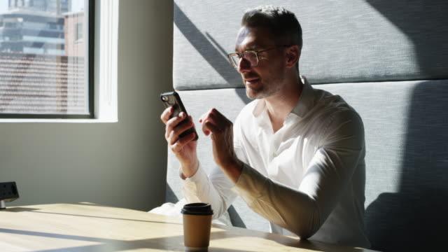 ビジネスビジョンをサポートする人とつながる - お茶の時間点の映像素材/bロール