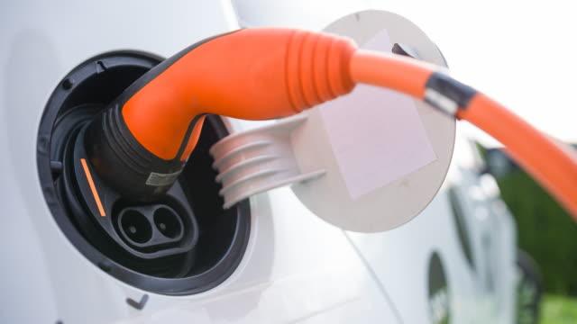 電気自動車の充電システムに電気自動車を接続します。 - 電気自動車点の映像素材/bロール