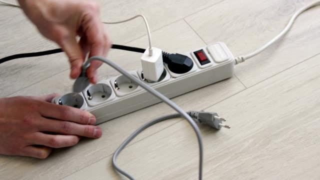 vidéos et rushes de connecte un appareil électrique par la prise dans la prise . mettez le bouchon différent dans une rallonge. - vidéos de rallonge électrique