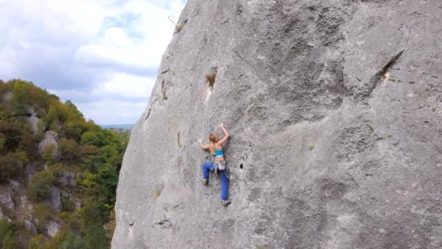 vídeos y material grabado en eventos de stock de conquista de rocas - escalada en rocas
