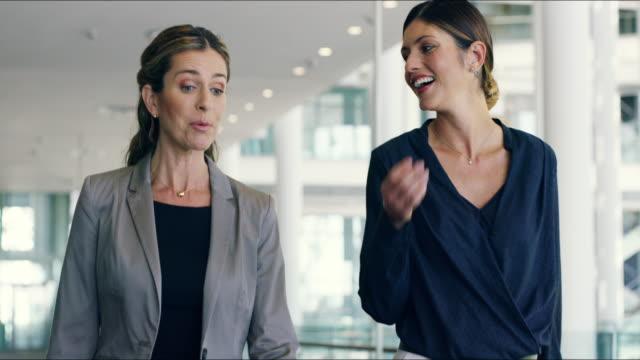 vídeos de stock, filmes e b-roll de conquistando o mundo dos negócios - persistência