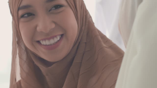 tröstar - hijab bildbanksvideor och videomaterial från bakom kulisserna