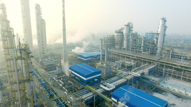 stockvideo's en b-roll-footage met bouw en de uitrusting in moderne raffinaderij - olieraffinaderij