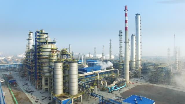 stockvideo's en b-roll-footage met bouw en de uitrusting in moderne raffinaderij - chemische fabriek