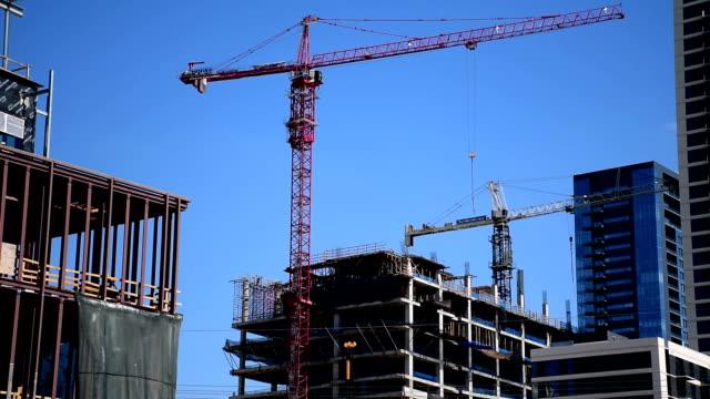 建築起重機移動和建設的新的德克薩斯州奧斯丁市中心的天際線高層和公寓 2016年市區城市生活 - 起重機 個影片檔及 b 捲影像