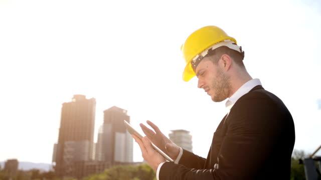 構造技術にタブレット - プロジェクトマネージャー点の映像素材/bロール