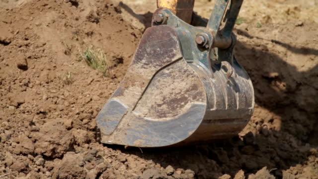 konstruktion grävmaskin ösa och dumpning på smuts högen - excavator bildbanksvideor och videomaterial från bakom kulisserna