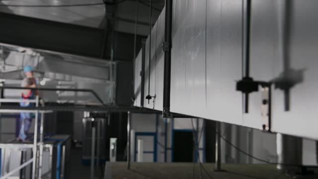 bygginspektör stående på byggnadsställning kontroll avslutat arbete - ventilation bildbanksvideor och videomaterial från bakom kulisserna