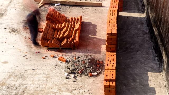構造メイソンの設置作業者の赤いレンガ造りのタイムラプス煉瓦職人 - 煉瓦点の映像素材/bロール