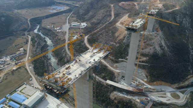 vídeos de stock, filmes e b-roll de construção de ponte de uma nova rodovia através do cânion moraca em montenegro - ponte