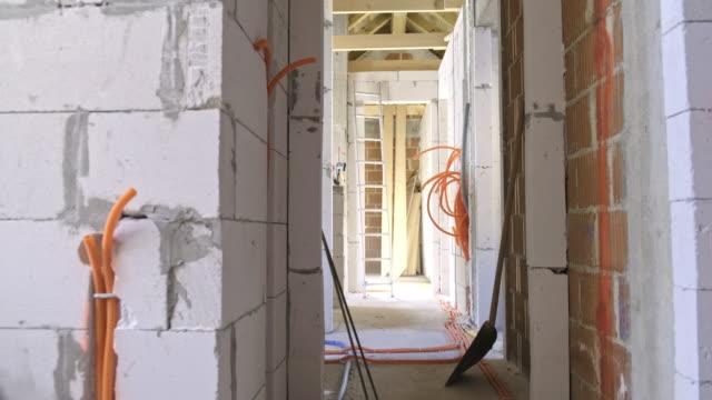 vídeos y material grabado en eventos de stock de construcción de sistema eléctrico dentro de un edificio - material de construcción
