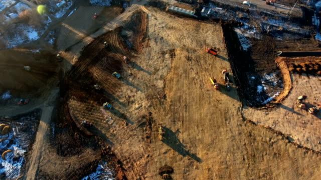bau der überquerung der bahn - aerial overview soil stock-videos und b-roll-filmmaterial