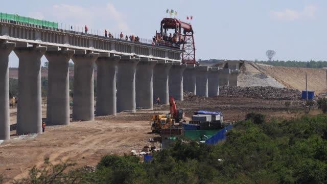 vídeos de stock e filmes b-roll de construction of the high speed train line in kenya nairobi park, real time - quénia