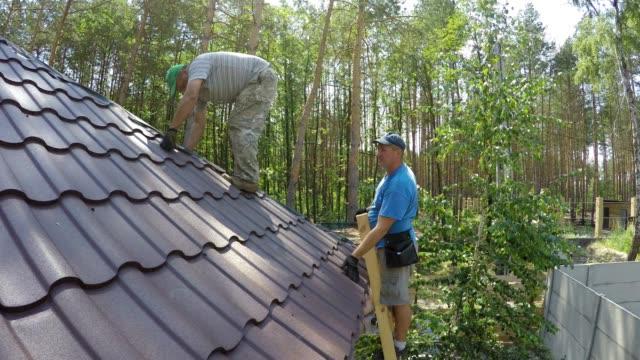 konstruktion av taket på ett bostadshus. - yttertak bildbanksvideor och videomaterial från bakom kulisserna