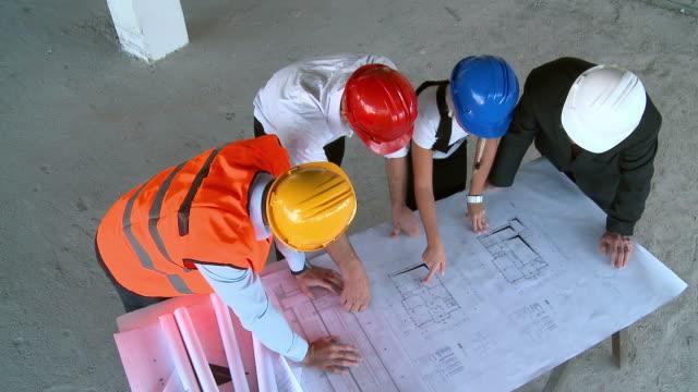 vidéos et rushes de grue haute définition: construction de l'organisation - chantier