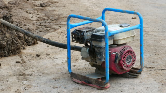 vídeos y material grabado en eventos de stock de sitio de construcción, reparación de tubería de agua subterránea grande - generadores