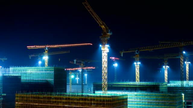 夜のクレーンと工事現場 - クレーン点の映像素材/bロール