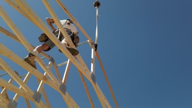 byggnads arbetare snickare inramning och bygga ett hem - ramverk bildbanksvideor och videomaterial från bakom kulisserna