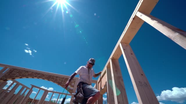 byggnads arbetare snickare inramning och bygga ett hem - hammare bildbanksvideor och videomaterial från bakom kulisserna