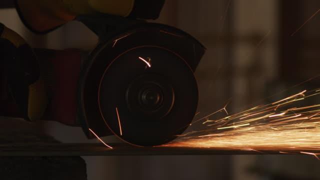 bauarbeiter metall schleifen und die funken, nahaufnahme - kreissäge stock-videos und b-roll-filmmaterial