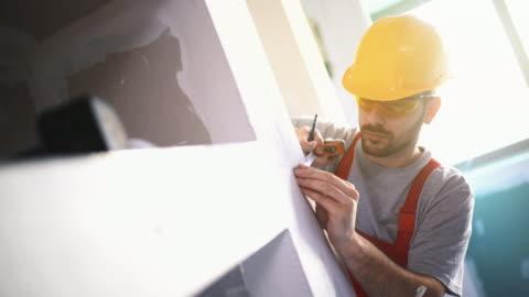 operaio edile che contrassegna i punti di taglio. - decorazione festiva video stock e b–roll