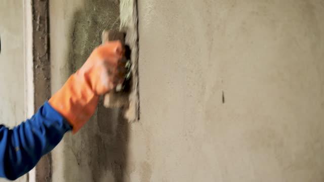mura di cemento in gesso per operai edili - cemento video stock e b–roll