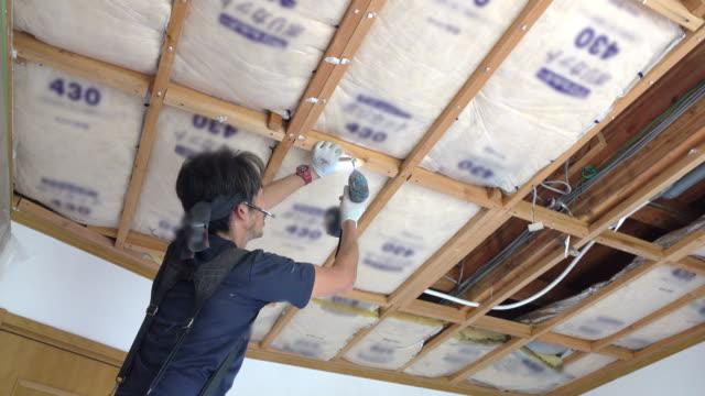 byggande arbetare remodeling hem - ramverk bildbanksvideor och videomaterial från bakom kulisserna