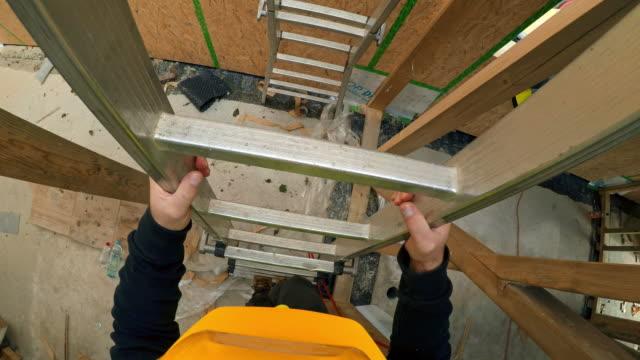 stockvideo's en b-roll-footage met pov bouwvakker lopend onderaan de ladder op de bouwplaats van een prefab houten huis - ladder