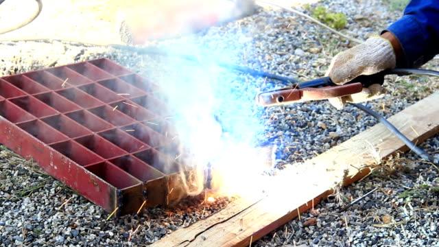 vídeos y material grabado en eventos de stock de trabajador de la construcción de la soldadura - sparks
