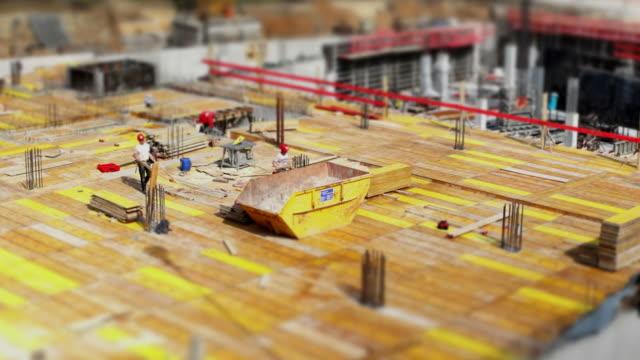 vídeos y material grabado en eventos de stock de trabajadores de la construcción en el sitio (de acción inclinación y desplazamiento & tl) - material de construcción