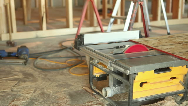 Bauarbeiter Schneiden OSB Sheathing – Video