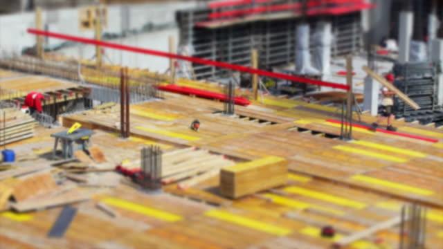 vídeos y material grabado en eventos de stock de trabajadores de la construcción en el sitio (de inclinación y desplazamiento time lapse - material de construcción