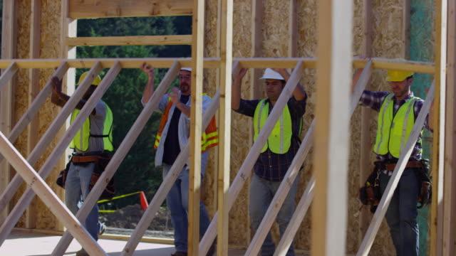 Trabajadores de la construcción muro de pie - vídeo