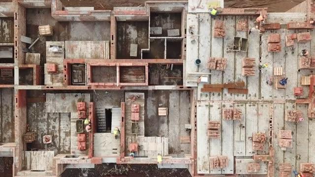 建設現場での建築作業員 - クレーン点の映像素材/bロール