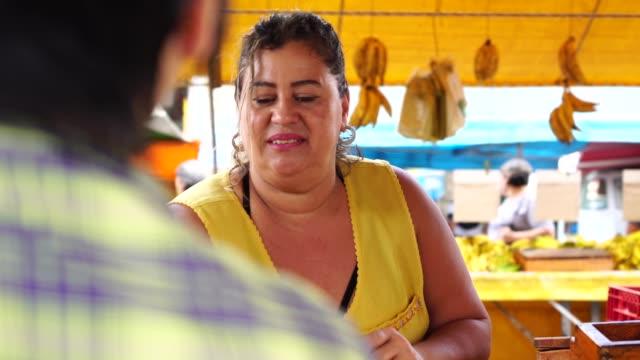ストリート マーケットでバナナを買う消費者 - ブラジル文化点の映像素材/bロール