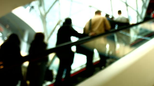 Verbraucher auf Rolltreppe im Einkaufszentrum Unscharf gestellt (4 k UHD zu/HD) – Video