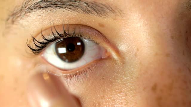 vídeos de stock e filmes b-roll de lente de contacto aplicado para olho - contacts